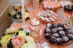 Ślubny cukierku bar, stół z cukierki dekoraci ustawianiem z wyśmienicie tortami i deser, zdjęcia royalty free