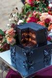 Ślubny czerń tort z wzrastał zdjęcia stock