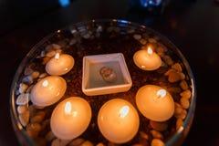 Ślubny diamentowy pierścionek z świeczkami w wodzie Obrazy Royalty Free