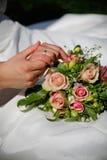 Ślubny kwiat i pierścionki Obraz Royalty Free