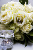 Ślubny kwiat i pierścionki Zdjęcie Royalty Free