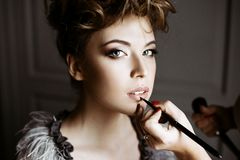 Ślubny makeup artysta robi a uzupełniał dla panny młodej Zdjęcie Royalty Free
