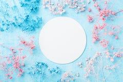 Ślubny mockup z białego papieru listą i kwiaty na błękitnym pastelowym stołowym odgórnym widoku piękny kwiecisty wzór Mieszkanie  Zdjęcie Stock