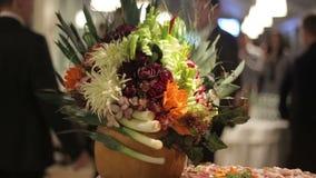 Ślubny nawa wystrój w ostrości, zbliżenie Przyjaciele i goście na tle zbiory