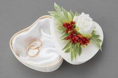 Ślubny ozdobny pudełko dla pierścionków dekorował z różami i jagodami zdjęcia royalty free
