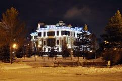 Ślubny pałac przy zimy nocą. Tyumen, Rosja. fotografia stock