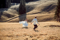 Ślubny para bieg na polu dzień góra gotowa narciarska do sunny kobieta Obrazy Stock