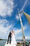 Ślubny pary całowanie na jachcie zdjęcie royalty free