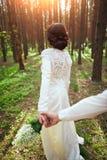 Ślubny photosession potomstwa dobiera się blisko lasu Fotografia Stock