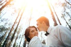 Ślubny photosession potomstwa dobiera się blisko lasu Zdjęcie Stock