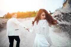 Ślubny photosession potomstwa dobiera się blisko lasu Fotografia Royalty Free