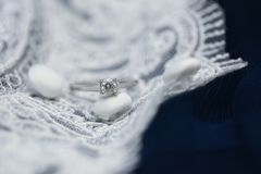 Ślubny pierścionek zaręczynowy z diamentowym gemstone fotografia royalty free