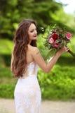 Ślubny portret Piękna Szczęśliwa panna młoda z długim falistym włosy my zdjęcie royalty free
