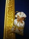 Ślubny prezent jest złotym torbą umieszczającym na barwiącym srebra pudełku zdjęcia stock