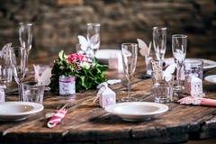 Ślubny przygotowanie - dekorujący ślubu stołu położenia obrazy stock