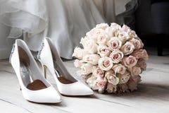 Ślubny przygotowanie i bukiet kwiaty zdjęcia royalty free