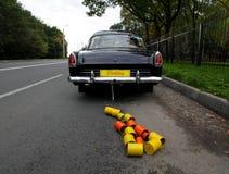 Ślubny samochód i puszki dołączający Zdjęcia Royalty Free