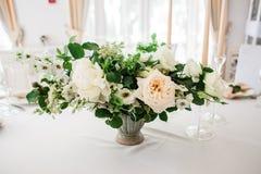 Ślubny stół dekorował talerzami, butelki liczba zdjęcia stock