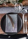 ślubny stół dekorujący talerzami, nożami i rozwidleniami, mech Zdjęcia Stock