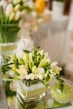 Ślubny stół dekorujący używać świeżych kwiaty Zdjęcia Stock