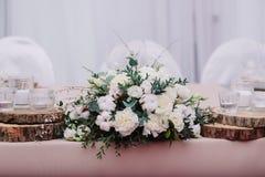 Ślubny stół dekorujący z bukietem i świeczkami obraz stock
