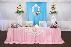 Ślubny stół dla dwa Dekoracja w restaurnt salowy Zdjęcie Royalty Free
