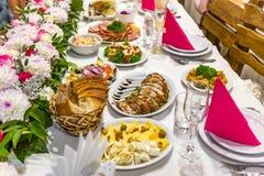 Ślubny stół dla pann młodych i ich gości Stół z serem, z leczącym mięsem z innymi zakąskami, fotografia stock