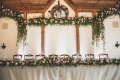 Ślubny stół w restauraci z mnóstwo przejrzystym glasse zdjęcie royalty free