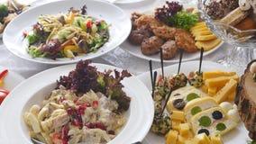 Ślubny stół z jedzeniem zdjęcie wideo