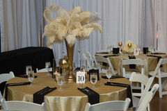 Ślubny stół z złocistymi akcesoriami Zdjęcia Stock