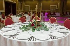 Ślubny stołowy położenie dekoruje z świeżymi kwiatami w mosiężnym pucharze złotych świeczkach w mosiężnych candlesticks i _ zdjęcia royalty free