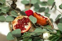 Ślubny stołowy położenie dekoruje z świeżymi kwiatami w mosiężnym pucharze złotych świeczkach w mosiężnych candlesticks i _ obrazy stock