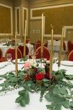 Ślubny stołowy położenie dekoruje z świeżymi kwiatami w mosiężnym pucharze złotych świeczkach w mosiężnych candlesticks i _ fotografia stock