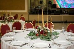 Ślubny stołowy położenie dekoruje z świeżymi kwiatami w mosiężnym pucharze złotych świeczkach w mosiężnych candlesticks i _ obraz royalty free