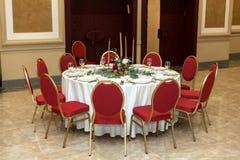 Ślubny stołowy położenie dekoruje z świeżymi kwiatami w mosiężnym pucharze złotych świeczkach w mosiężnych candlesticks i _ zdjęcie stock
