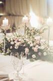Ślubny stołowy położenie z klasyków krzesłami, elegancka florystyki dekoracja w bankieta restoraunt Kwiecisty skład Obrazy Royalty Free