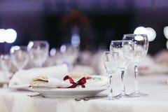 Ślubny stołu set dekorujący z czerwonym faborkiem Zdjęcia Stock