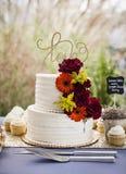 Ślubny tort na stole przy ogrodowym ślubem obrazy stock