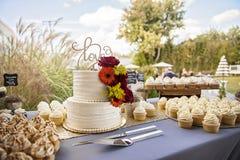Ślubny tort na stole przy ogrodowym ślubem zdjęcie royalty free