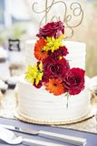 Ślubny tort na stole przy ogrodowym ślubem zdjęcia royalty free