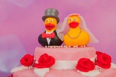Ślubny tort z śmiesznymi kaczkami Obraz Royalty Free