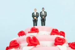 Ślubny tort z homoseksualną parą Zdjęcie Royalty Free