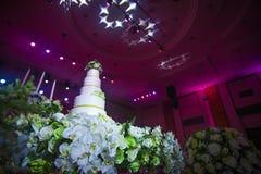 Ślubny tort z kwiatem dekorującym wokoło zdjęcie stock