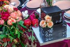 Ślubny tort z wzrastał obrazy stock