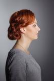 Ślubny tytułowanie dziewczyna w stały bywalec odziewa Próbek fryzury przed party-4 obraz stock