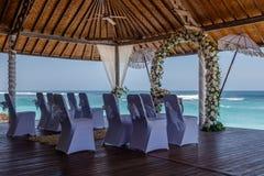 Ślubny ustawianie - poślubiać pergolę, kwiatu łuk i krzesła dla gości blisko oceanu, Bali, Indonezja obraz royalty free