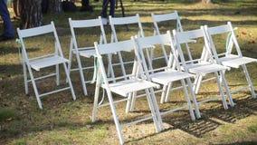 Ślubny ustawianie w ogródzie, park Na zewnątrz ślubnej ceremonii, świętowanie Ślubny nawa wystrój Rzędy biały drewniany opróżniaj zbiory