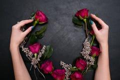 Ślubny wianek komponuje czerwonych róż eleganckiej panny młodej zdjęcie stock