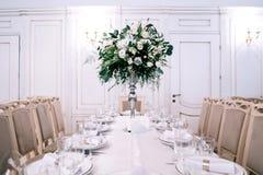 Ślubny wystrój, akcesoria, orchidee, eukaliptus, bukiet w restauracji, fotografia royalty free