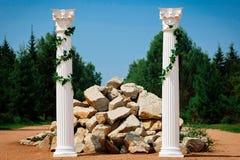 Ślubny wystrój, antykwarska kolumna i kamień w lesie, Obraz Stock